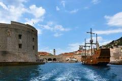 Miasto port z fortu St John i stara żaglówka, Dubrovnik Zdjęcie Royalty Free