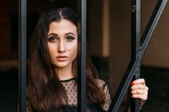 miasto portret smutna dziewczyna Brunetka w Czarny Sukni oczekiwanie sen Portret młoda, piękna dziewczyna, Brunetka w bl Obraz Royalty Free