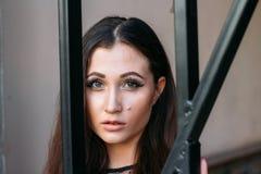 miasto portret smutna dziewczyna Brunetka w Czarny Sukni oczekiwanie sen Portret młoda, piękna dziewczyna, Brunetka w bl Fotografia Stock