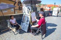 Miasto Praga, republika czech Artysta rysuje dziewczyna portret na Charles moście 2019 24 fartuch zdjęcie royalty free