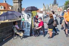 Miasto Praga, republika czech Artysta rysuje dziewczyna portret na Charles mo?cie 2019 24 fartuch fotografia stock