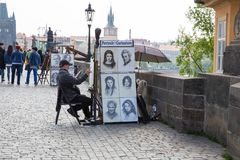 Miasto Praga, republika czech Artysta rysuje portrety ludzie na Charles moście 2019 24 fartuch obrazy stock