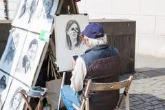 Miasto Praga, republika czech Artysta rysuje portrety ludzie na Charles mo?cie 2019 24 fartuch zdjęcia royalty free