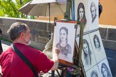 Miasto Praga, republika czech Artysta rysuje portrety ludzie na Charles mo?cie 2019 24 fartuch fotografia stock