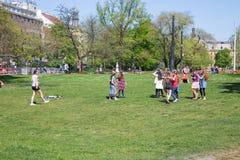 Miasto Praga, republika czech Dziecko sztuki gry w parku, bieg i śmiechu miasta, 2019 25 fartuch zdjęcia royalty free
