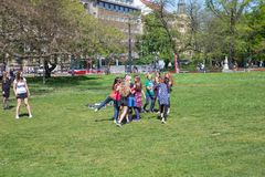Miasto Praga, republika czech Dziecko sztuki gry w parku, bieg i ?miechu miasta, 2019 25 fartuch obrazy royalty free