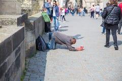 Miasto Praga, republika czech Na ulicie żebrak fundy zaludniają dla pieniądze 2019 24 fartuch obrazy royalty free