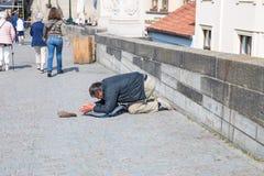 Miasto Praga, republika czech Na ulicie ?ebrak fundy zaludniaj? dla pieni?dze 2019 24 fartuch obraz royalty free