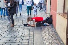 Miasto Praga, republika czech Na ulicie ?ebrak fundy zaludniaj? dla pieni?dze 2019 24 fartuch zdjęcie royalty free