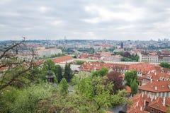 Miasto Praga, republika czech Miasto od wzg?rza, dom?w, roffs i ulic, 2019 24 fartuch zdjęcia royalty free