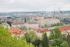 Miasto Praga, republika czech Miasto od wzg?rza, dom?w, roffs i ulic, 2019 24 fartuch zdjęcia stock