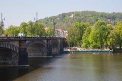 Miasto Praga, republika czech Widok mosty od rzecznego Vltava i rzeka Wiosna 2019 24 fartuch Podr??y fotografia obraz stock