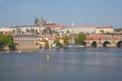Miasto Praga, republika czech Widok mosty od rzecznego Vltava i rzeka Wiosna 2019 24 fartuch Podr??y fotografia zdjęcia stock