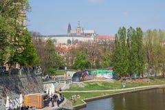 Miasto Praga, republika czech Zaludnia ludzi chodzi Widok rzeczny i stary miasto od rzecznego Vltava 2019 24 fartuch Podr?? zdjęcie royalty free