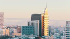 Miasto przegląd Nowożytni budynki w opóźnionym świetle słonecznym zdjęcie wideo