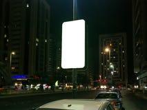 Miasto przy nocą z Prostokątnego outdoors reklamową przestrzenią - bielu parawanowy Mockup obraz royalty free