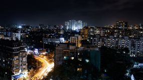 miasto przy noc? z budynkami zdjęcie royalty free