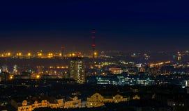 Miasto przy nocą z miastowymi budynkami Obrazy Stock