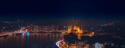 Miasto przy nocą z miastowymi budynkami Obraz Royalty Free