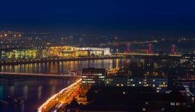 Miasto przy nocą z miastowymi budynkami Zdjęcia Stock