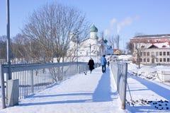 Miasto Pskov, Pskova rzeka Kościół objawienie pańskie z Zap Fotografia Stock