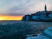 Miasto Rovinj, Chorwacja Adrian morze w zmierzchu, z miasteczkiem wyraźnie widocznym obrazy royalty free