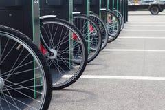 Miasto roweru stojak z bicyklami Obraz Royalty Free