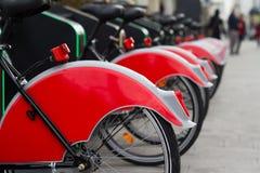 Miasto roweru stojak z czerwonymi bicyklami Zdjęcia Royalty Free