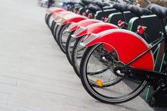 Miasto roweru stojak z czerwonymi bicyklami Zdjęcia Stock