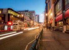 Miasto ruch drogowy na Szerokiej ulicie, Birmingham, przy półmrokiem obrazy stock