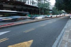 Miasto ruch drogowy przy półmrokiem - Tel Aviv, Izrael Zdjęcie Stock