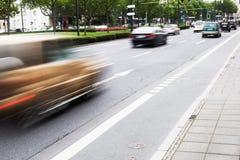 Miasto ruch drogowy z napędowymi samochodami zdjęcia royalty free