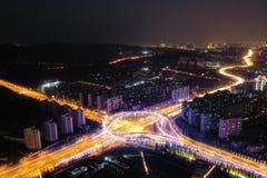 Miasto ruchu drogowego nocy widok zdjęcia royalty free