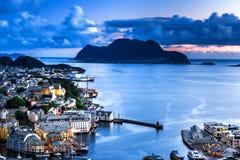 Miasto scena z widokiem z lotu ptaka Alesund centrum, wyspy i Atlantycki ocean nocą, fotografia royalty free