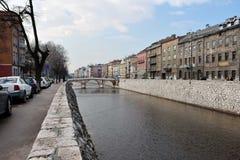 Miasto scenerii rzeczny wizerunek z widokiem starzy kamieni bridżowi i historyczni budynki obraz royalty free