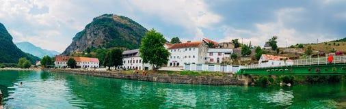 Miasto Shavnik w Montenegro Most nad halną rzeką z kryształem - jasna woda obraz stock