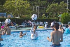 14 08 2018 Miasto Shima jest Hotelowym Daiwa Królewskim hotelem Ludzie sztuki piłki w basenie basen fotografia stock