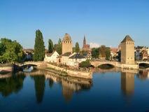 Miasto Strasburg od jeziora miasto na niebieskie niebo letnim dniu, Francja obrazy royalty free