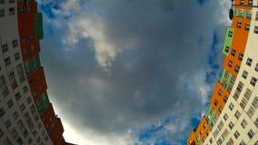 Miasto tematu materiał filmowy budynki z chmurami i niebem w tle zdjęcie wideo