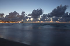 miasto to przesłania linię brzegową wieczorem Haifa morza Zdjęcie Stock