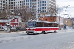 Miasto tramwaju 71-405 przejażdżki na ulicie Obrazy Stock