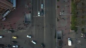 Miasto ulica, ludzie krzyżuje drogę, widok z góry zbiory