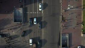 Miasto ulica, ludzie krzyżuje drogę, widok z góry zbiory wideo