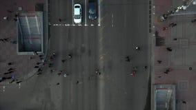 Miasto ulica, ludzie krzyżuje drogę, widok z góry zdjęcie wideo