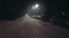 Miasto ulica przy nocą podczas zimy burzy zbiory