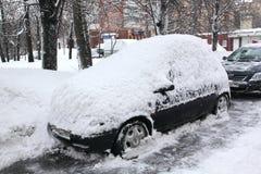 Opad śniegu w mieście. Fotografia Royalty Free