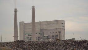 Miasto usyp Śmieciarski usyp na fabrycznym tle Zaśmierdli dymów komesi od fabrycznych drymb kryzysu ekologiczny środowiskowy foto zdjęcie wideo
