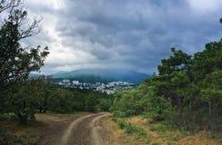 Miasto w zielonych górach Obrazy Royalty Free