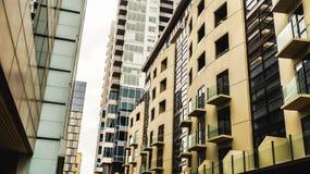 Miasto widok mieszkania i reklamy budynki obraz stock