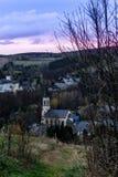 Miasto widok Neuhausen Erzgebirge przy wieczór obrazy stock